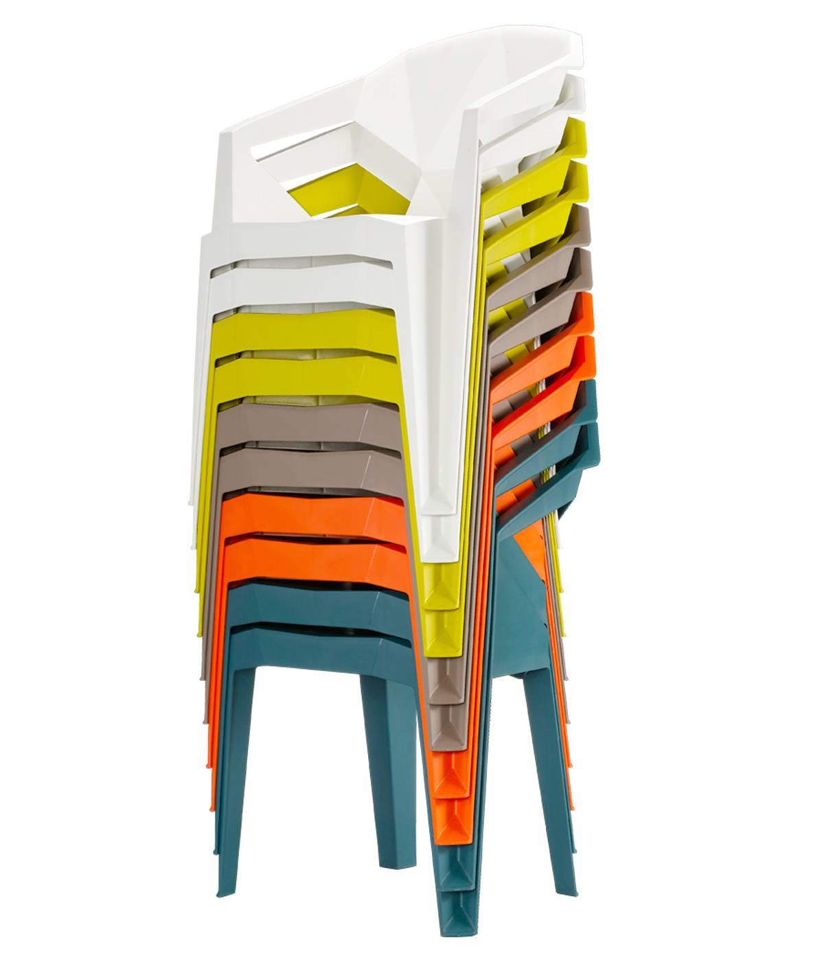 Разноцветные пластиковые стулья