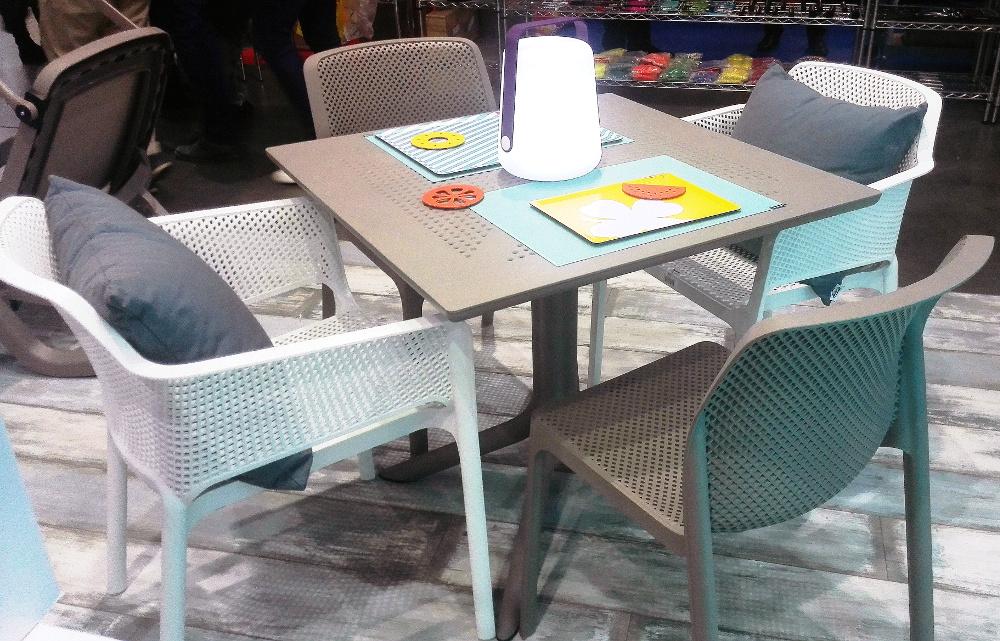 Столові меблі для кафе: стіл Clip 80 і стільці Net