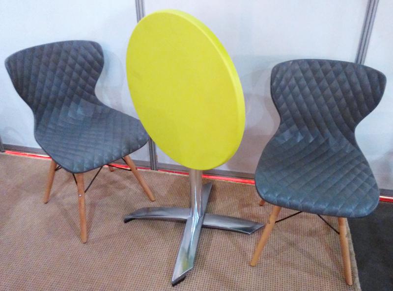 Стільці і столи для вуличних кафе