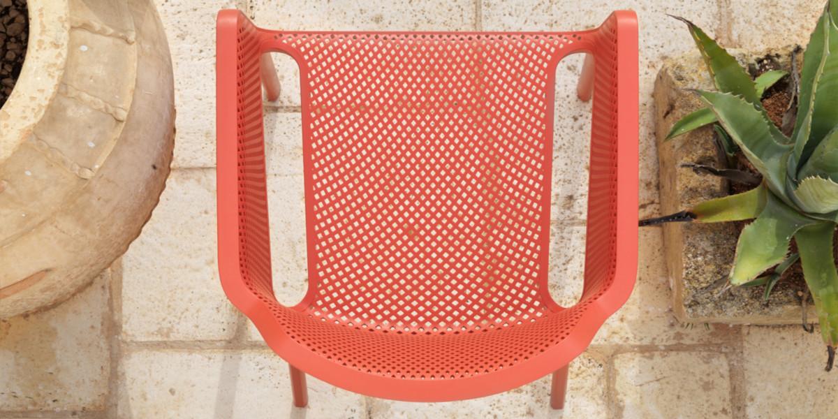 Купити пластикові крісла Net Relax від Nardi для вуличного кафе або літнього майданчика ресторана ★ Блог про меблі для HoReCa ☎+38(050) 469-59-01 ★ Вілла Ванілла