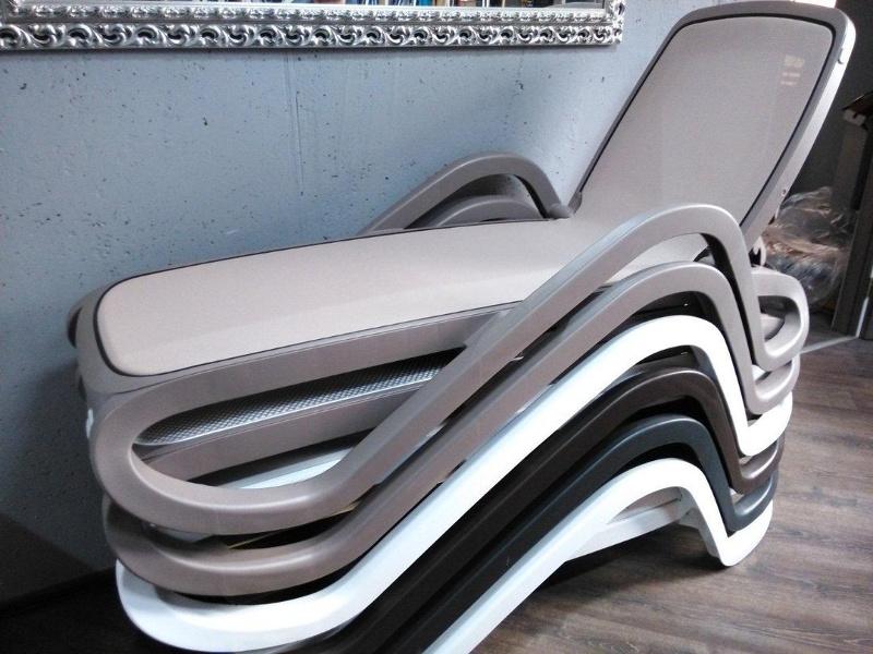 Штабельовані пляжні шезлонги Alfa • Купити італійські контрактні пластикові лежаки Nardi