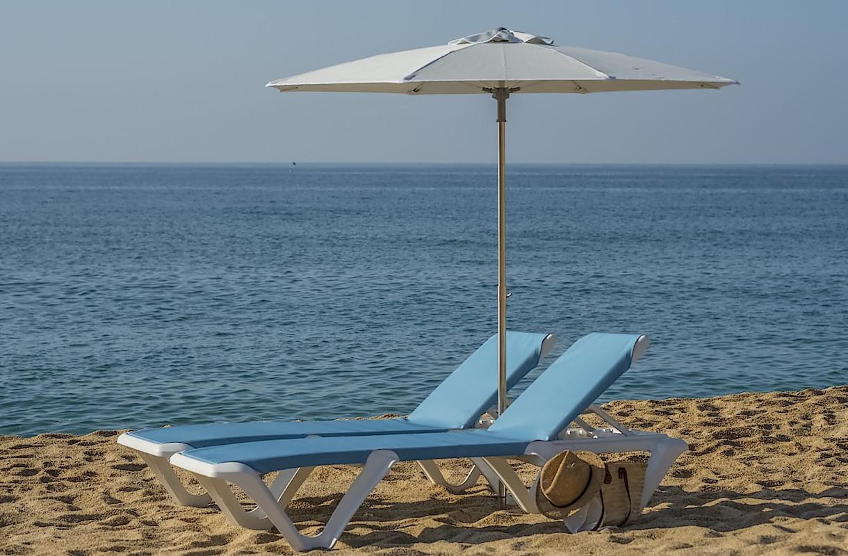 Пляжні шезлонги EVA Pro від Balliu і сонцезахисна парасоля
