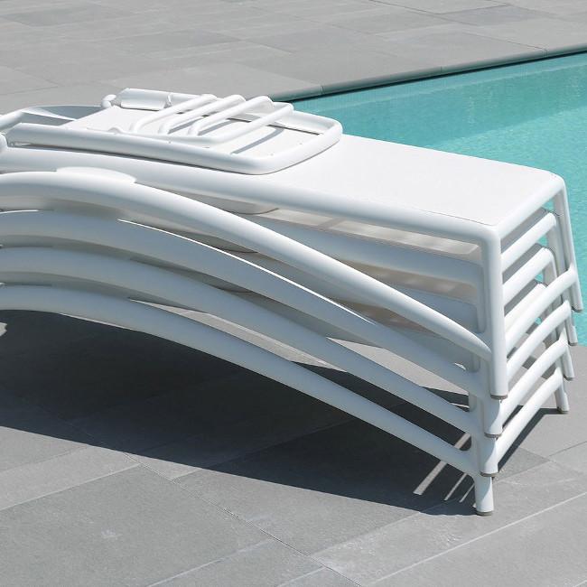 Шезлонги Atlantico складаються в штабелі для компактного зберігання