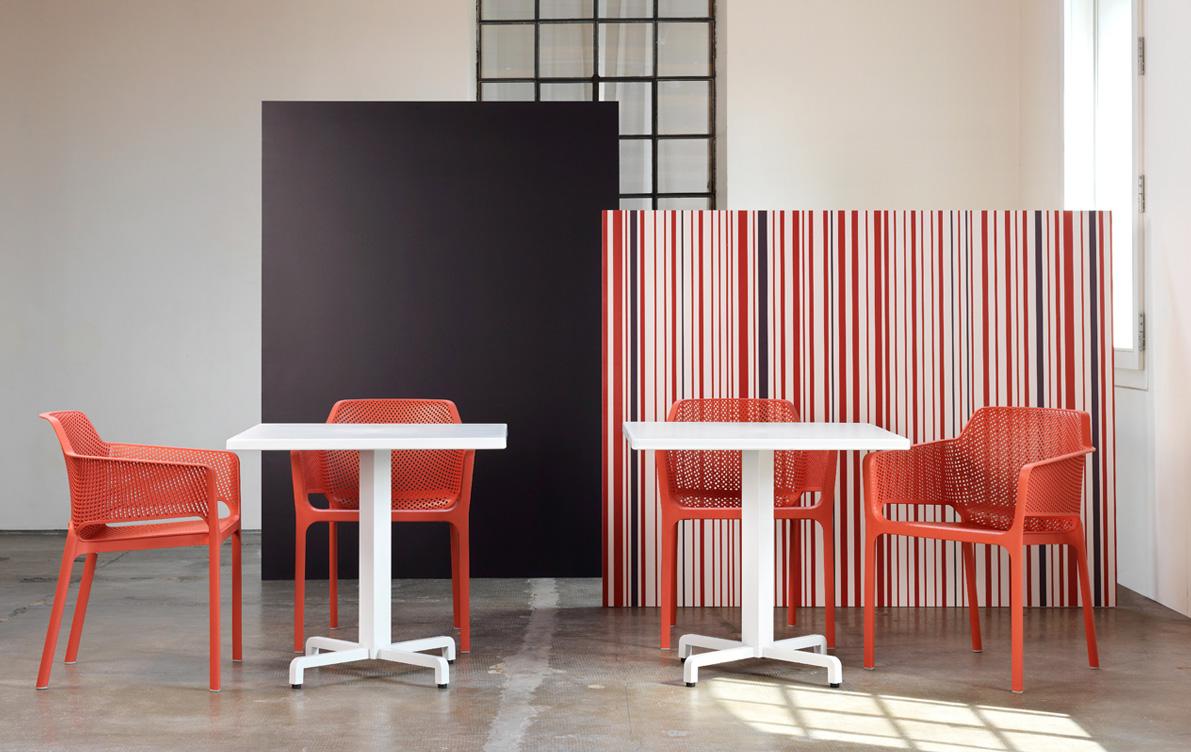 Яскраві пластикові стільці для кафе Net Corallo
